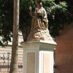 Monumento en los jardines de la Catedral de la Encarnación de Málaga