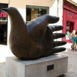 Escultura moderna en el centro histórico de Málaga