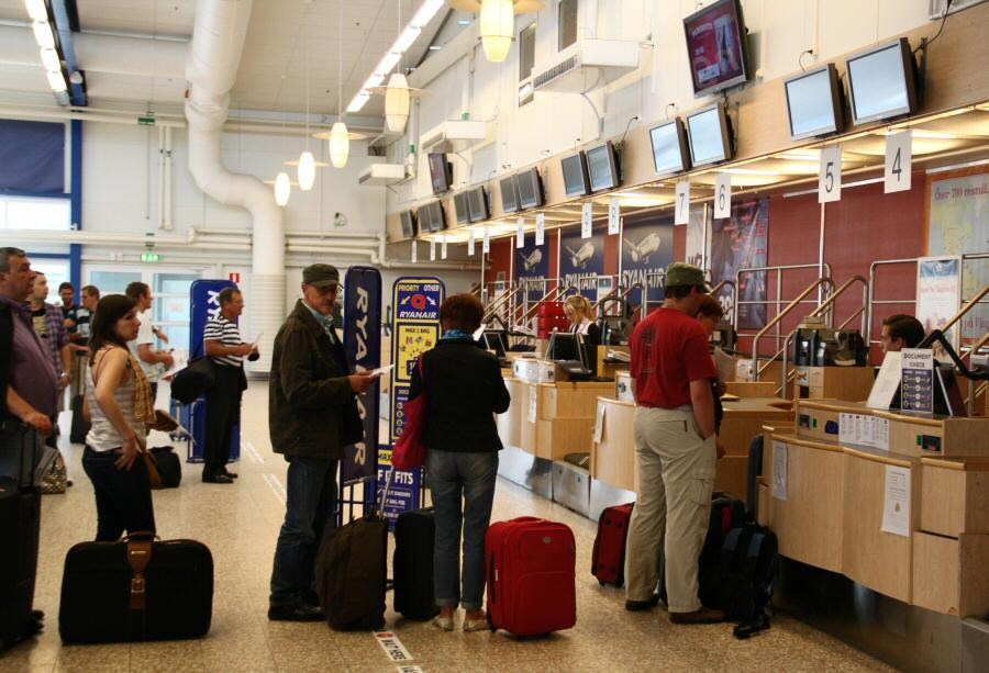 Línea de facturación de Ryanair en el aeropuerto de Skavsta en Estocolmo