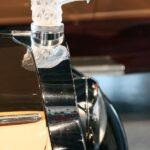 Detalle lujoso en coche clásico en Museo Automovilístico de Málaga