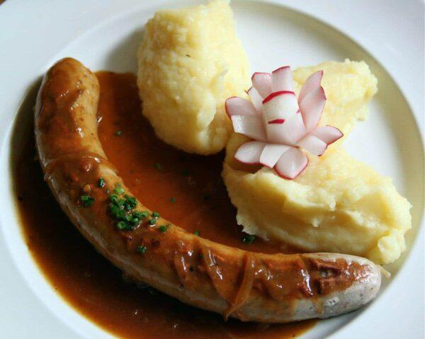 Salchicha Bratwurst en restaurante de Berlín