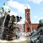 Ayuntamiento Rojo y Fuente de Neptuno en Alexanderplatz en Berlín