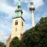 Torre de televisión y de la iglesia Marienkirche en Alexanderplatz en Berlín