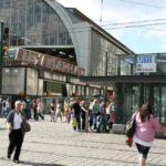 Estaciones de Metro y trenes en Alexanderplatz en Berlín