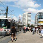 Tranvías y Reloj Mundial en Alexanderplatz en Berlín