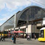 Estación ferroviaria y tranvías en Alexanderplatz en Berlín