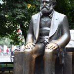 Estatua de Marx en el monumento Marx Engels Forum de Alexanderplatz en Berlín