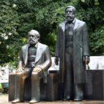 Estatuas en el monumento Marx Engels Forum de Alexanderplatz en Berlín