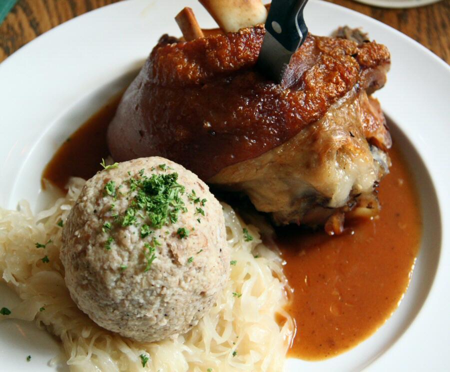 Codillo de cerdo asado y bolas de carne picada en restaurante de Berlín