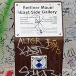 Placa informativa en el Muro East Side Gallery en Berlín