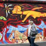 Pintura mural en el Muro East Side Gallery en Berlín