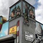 Pinturas en la tienda de souvenirs en el Muro East Side Gallery en Berlín