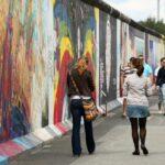 Pinturas murales en el Muro East Side Gallery en Berlín