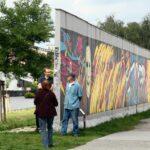 Ambiente turístico en la calle Mühlenstraße ante el Muro East Side Gallery en Berlín