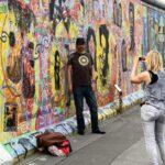 Turistas ante el Muro East Side Gallery en Berlín
