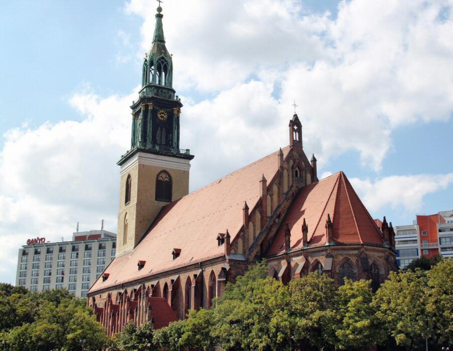Iglesia Marienkirche, junto a Alexanderplatz en Berlín