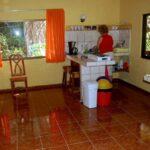 Salón y cocina americana en la casa de alquiler Samadhi en Puerto Viejo en Costa Rica