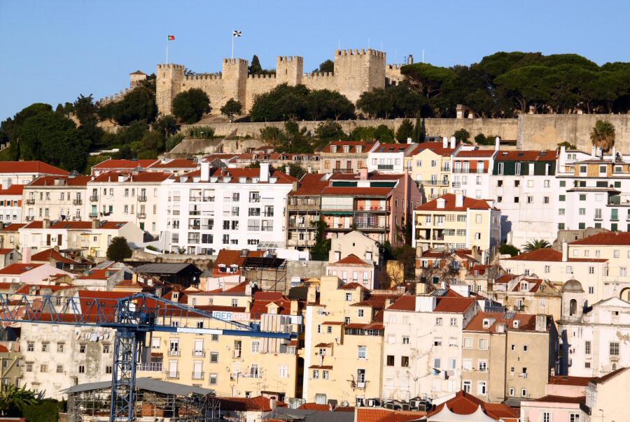 Vistas panorámicas del Castillo de San Jorge desde el Elevador de Santa Justa en Lisboa