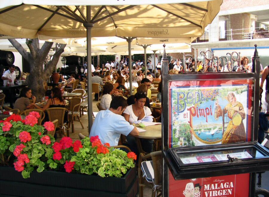 Terraza de la bodega bar El Pimpi en el centro de la ciudad de Málaga