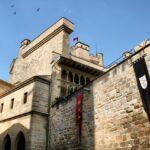 Muros del patio interior del Castillo de Olite en Navarra