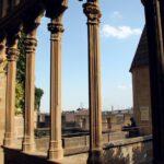 Arquerías góticas en la Galería del Rey del Castillo de Olite en Navarra