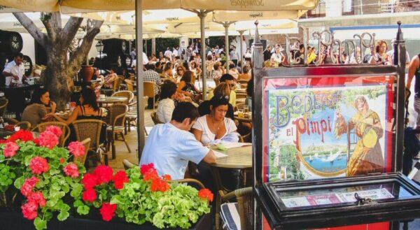 Terraza de la bodega bar El Pimpi en la ciudad de Málaga