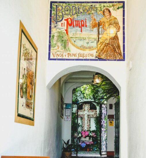Entrada por la calle Granada a la bodega bar El Pimpi en Málaga