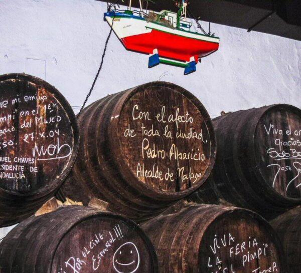 Dedicatorias en el Salón de los Barcos en la bodega bar El Pimpi en Málaga