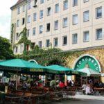 Terrazas en la plaza central del antiguo barrio medieval de San Nicolás en Berlín