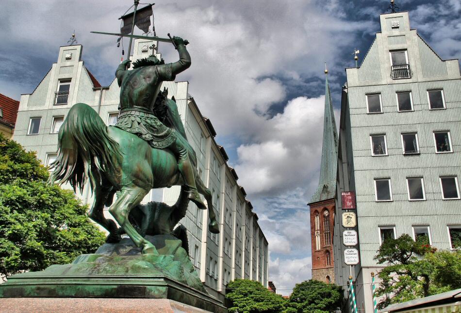 Estatua de San Jorge en el antiguo barrio medieval de San Nicolás en Berlín
