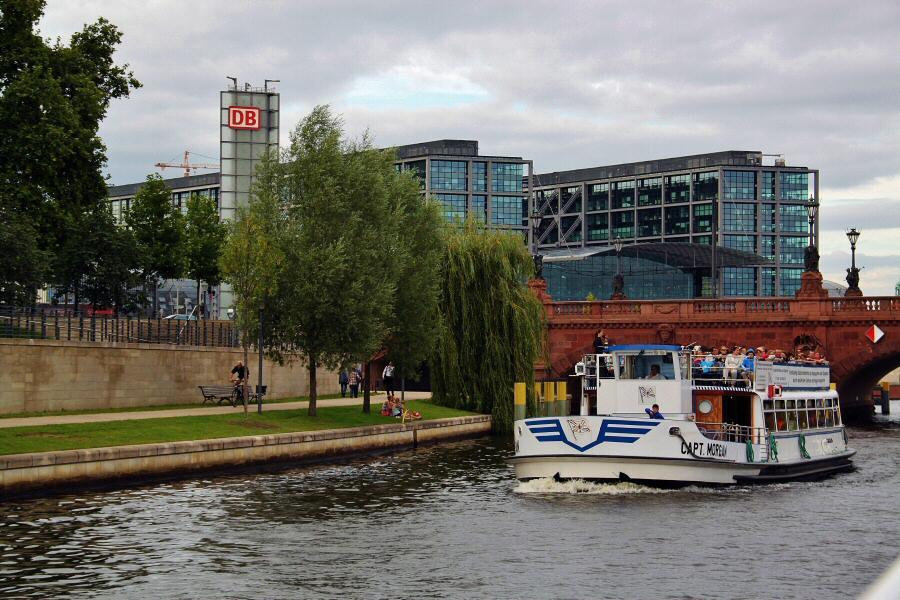 Crucero por el río Spree en Berlín en Alemania