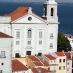 Iglesia San Esteban desde el mirador de Santa Lucía en Lisboa