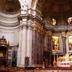 Altar mayor y púlpito del Dom Catedral de Berlín