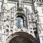 Detalle de la Puerta Sur del Monasterio de los Jerónimos en Belem en Lisboa