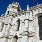 Fachada sur de la iglesia del Monasterio de los Jerónimos en Belem en Lisboa