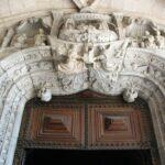 Detalle de la puerta de entrada a la iglesia del Monasterio de los Jerónimos en Lisboa