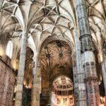 Nave central de la iglesia del Monasterio de los Jerónimos en Lisboa