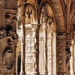 Decoración de un arco en el Claustro del Monasterio de los Jerónimos de Belem en Lisboa