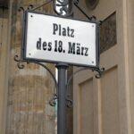 Cartel de la plaza del 18 de marzo junto a la Puerta de Brandenburgo en Berlín