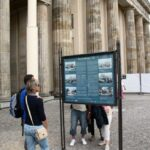 Cartel informativo de la Puerta de Brandenburgo en Berlín
