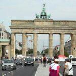 Puerta de Brandenburgo desde el parque Tiergarten en Berlín