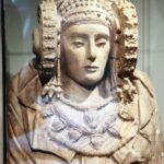 Réplica de la Dama de Elche en la entrada del MAHE Museo Arqueológico de Elche