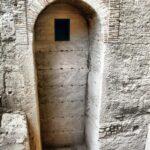 Antigua puerta en la muralla de la medina musulmana en el MAHE Museo Arqueológico de Elche