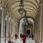 Galería en las arcadas de la Plaza del Comercio en Lisboa