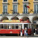 Tranvías en la Plaza del Comercio en Lisboa
