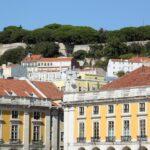Vistas del Castillo de San Jorge desde la Plaza del Comercio en Lisboa