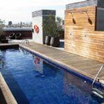Piscina en la terraza de la residencia Melon District Marina en Barcelona