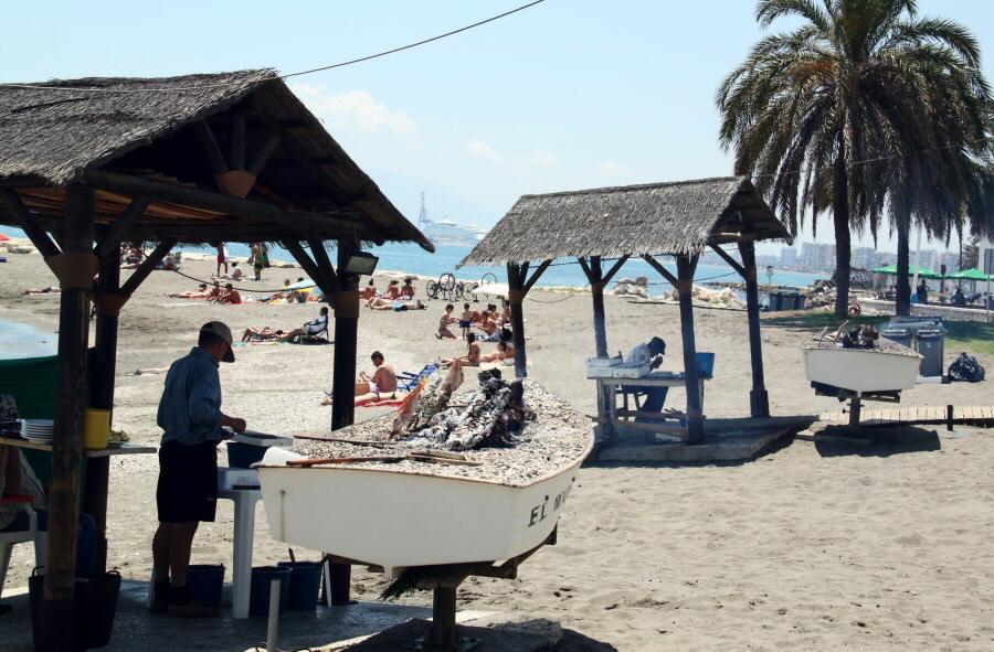 Brasas para preparar sardinas al peto en Pedregalejo en Málaga