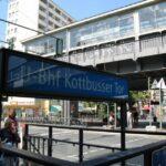 Estación de metro de Kottbusser Tor en el barrio turco Kreuzberg de Berlín