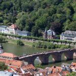 Vistas panorámicas del puente Carlos Teodoro de Heidelberg desde el castillo